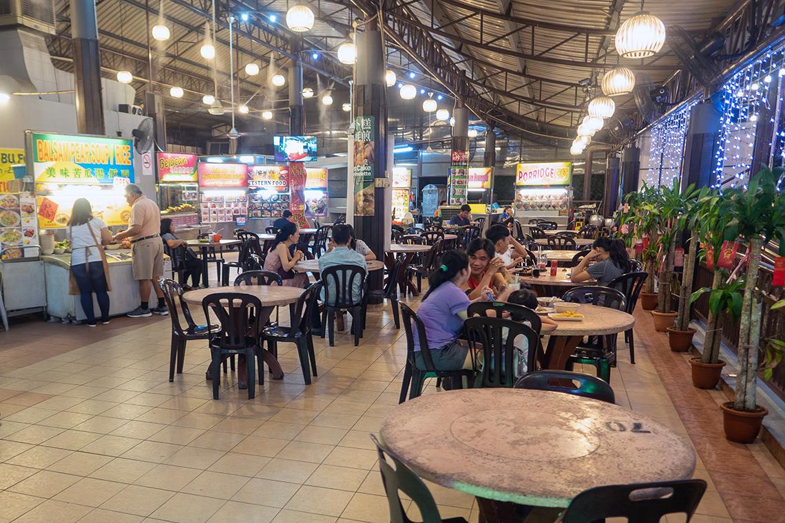 Veel tafeltjes bij Ming Tien Food Court in Kuala Lumpur